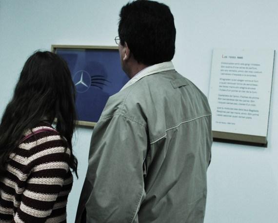 La Sandra va visitar l'exposició el Dia Mundial de la Poesia acompanyada del seu pare.