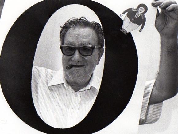 Joan Brossa amb el cartell de l'exposició realitzada a Céret, 1990