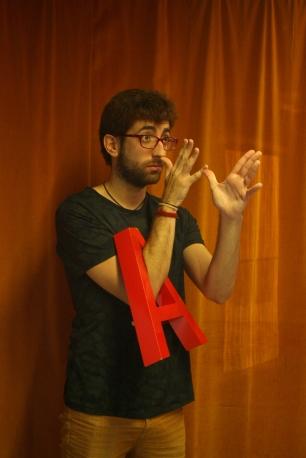 Hèctor Mellinas fent un homenatge al poeta. Fotògraf: Alessandro Nerantzis
